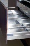 Geöffnete Fächer in der stilvollen Küche Lizenzfreies Stockfoto