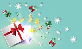 Geöffnete Geschenkbox, die mit Weihnachtssachen hinaufklettert Lizenzfreie Stockfotografie