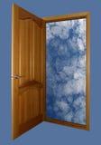 Geöffnete hölzerne Tür mit Himmel auf Blau Lizenzfreie Stockfotografie