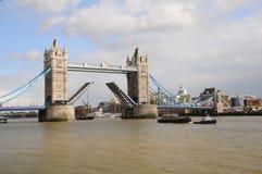 Geöffnete hochziehende Kontrollturmbrücke Lizenzfreie Stockfotos