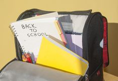 Geöffnete Schultasche mit Notizbüchern Stockfoto