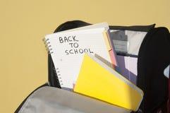 Geöffnete Schultasche mit Ordner und Anmerkungen Lizenzfreie Stockfotos