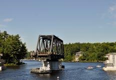 Geöffnete Schwingenbrücke mit dem Bootsüberschreiten Stockfoto