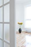 Geöffnete Tür, die voll in einen Raum der Leuchte führt Lizenzfreie Stockfotografie