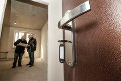 Geöffnete Tür mit den Schlüsseln im Schloss stockfotografie