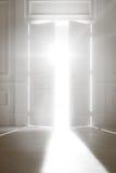 Geöffnete Tür mit heller Leuchte Stockbild