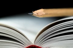 Geöffnete Weißbuchseiten nah herauf Makroschuß mit einem Bleistift auf ihm lizenzfreies stockfoto