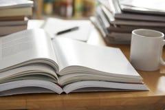 Geöffneter Buchstapel gesetzt auf Tabelle Stockfotos