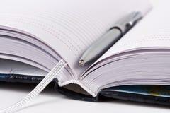 Geöffneter Datebook mit metallischer Feder lizenzfreie stockfotografie