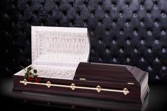 Geöffneter hölzerner brauner Sarkophag mit rote Rosen auf grauem Luxushintergrund Schatulle, Sarg auf königlichem Hintergrund Lizenzfreies Stockfoto