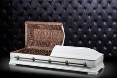 Geöffneter hölzerner weißer Sarkophag lokalisiert auf grauem Luxushintergrund Schatulle, Sarg auf königlichem Hintergrund Lizenzfreie Stockbilder