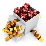 Geöffneter Kasten gefüllt durch Weihnachtsflitter Stockfotografie