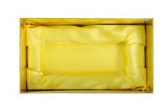 Geöffneter Kasten mit dem gelben Satinstoffinnere lokalisiert auf weißem Hintergrund Beschneidungspfad eingeschlossen Lizenzfreie Stockfotos