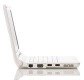 Geöffneter Laptop des Weiß mit schwarzem Bildschirm Lizenzfreies Stockfoto
