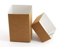 Geöffneter leerer Kartonkasten mit Kappe auf Seite Lizenzfreie Stockfotos
