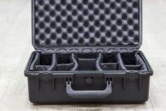 Geöffneter leerer Kunststoffkoffer für Fotoausrüstung mit Teilern Stockfotos