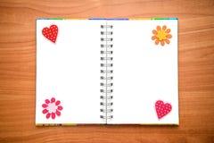 Geöffneter Notizblock mit Herzen und Blumen Lizenzfreies Stockfoto