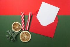 Geöffneter roter Umschlag mit dem Blatt des leeren Papiers eingeschlossen Beschneidungspfad eingeschlossen Flache Lage Stockbild