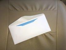 Geöffneter wichtiger Brief auf ledernem Hintergrund stockbild