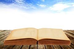 Geöffnetes altes Buch Stockfoto