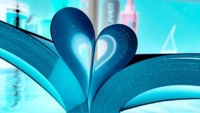 Geöffnetes Buch auf dem Tisch mit Seiten mögen Herz stockbilder
