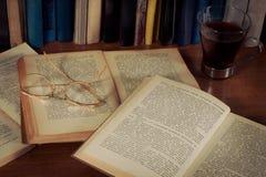 Geöffnetes Buch auf der Tabelle Stockfotografie