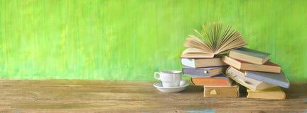 Geöffnetes Buch auf einem Stapel von alten Büchern, Panorama, guter Kopienraum Lizenzfreie Stockbilder