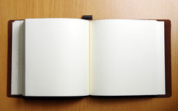 Geöffnetes Buch auf hölzerner Tabelle Stockbilder