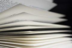 Geöffnetes Buch auf schwarzem Hintergrund Stockfotos