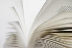 Geöffnetes Buch auf weißem Hintergrund Stockfoto
