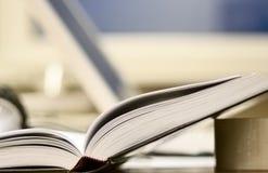 Geöffnetes Buch ist auf Bürotabelle stockfoto