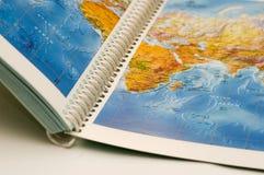 Geöffnetes Buch mit Karte auf ihr Lizenzfreies Stockfoto