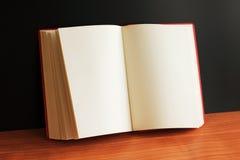 Geöffnetes Buch mit Leerseiten Lizenzfreie Stockfotos