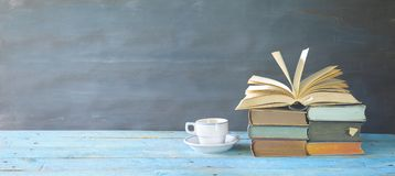 Geöffnetes Buch, Tasse Kaffee, Panorama Stockbilder