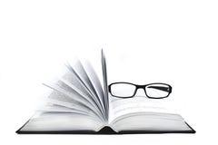 Geöffnetes Buch und Gläser Lizenzfreie Stockfotografie