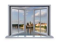Geöffnetes Fenster angesichts der Charles-Brücke Stockfoto