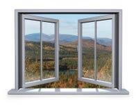 Geöffnetes Fenster angesichts des Berges Stockfotografie