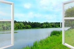Geöffnetes Fenster mit Ansicht zur Sommerlandschaft mit Wald und See Lizenzfreie Stockbilder