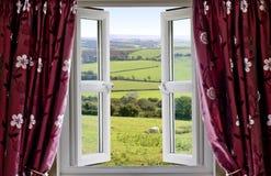 Geöffnetes Fenster mit einer landwirtschaftlichen Ansicht Stockbilder