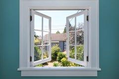 Geöffnetes Fenster zum Hinterhof mit kleiner Halle. stockbilder