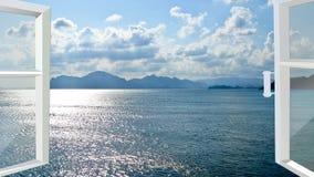 Geöffnetes Fenster zum Meer Stockbild