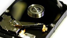 Geöffnetes Festplattenlaufwerk mit spinnenden Scheiben stock video footage