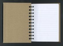 Geöffnetes gewundenes Notizbuch. Stockbild