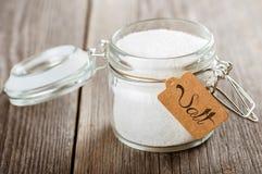 Geöffnetes Glasgefäß mit Salz. Lizenzfreies Stockbild