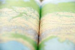 Geöffnetes grünes Atlasbuch Stockbild