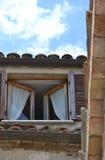Geöffnetes italienisches Fenster Stockfotografie