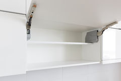 Geöffnetes Küchekabinett Stockfotografie
