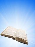Geöffnetes magisches Buch mit Leuchte lizenzfreie stockbilder