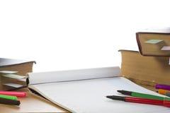 Geöffnetes Notizbuch, alte Bücher, Federn Stockbild