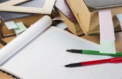 Geöffnetes Notizbuch, alte Bücher, Federn Lizenzfreies Stockbild